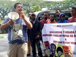 Ketua Front Rakyat Indonesia Untuk West Papua ( FRI West Papua) Surya Anta menyampaikan orasi Foto : Martinus Pigome