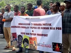 Aliansi Mahasiwa Papua (AMP) wilayah Jawa Timur menggelar aksi mendukung tujuh Negara Pasifik bersama ULMWP membawa masalah Papua Ke Dewan HAM PBB di Jenewa, Swiss pada Rabu (01/03/2017).
